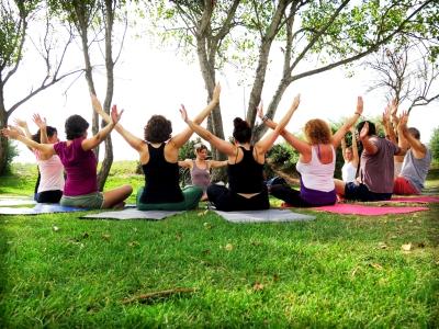 3-posturas-sentadas-yoga-aire-libre